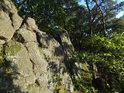 Západní část skalní stěny Sluncem osvětlená.