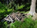 Pozůstatky po stavbě dřevěného plotu.