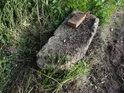 Kus betonu s cihlou mezi polem a lesem.