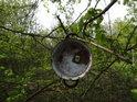 Folklorní hrnec na větvi.