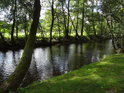 Třpytící se voda řeky Svratky pod chráněným územím Nad Horou.