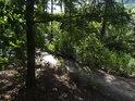 Loupežnický pohled na cestu ve svahu nad řekou.