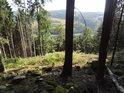 Kolmý pohled na údolí řeky Svratky přes Ochozu.