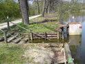 Dřevěné schůdky pod hrází rybníka Datlík.