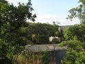 Pohled z levého břehu Svratky ze Skalky na Skalku a pravém břehu s důkazním Hitlerovým pilířem.