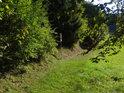 Dolní hranice chráněného území Švařec s úřední cedulí.