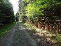 Jen dobrou vů§lí držící plot u cesty přes Trčkov.