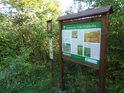 Úřední a informační cedule na okraji chráněného území.
