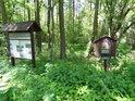 Vegetace kolem rybníků je bujná již od jara a snadno dorůstá do výše úředních a informačních cedulí.