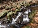 Vody Zaječího potoka padají po malých kaskádách prudce dolů.