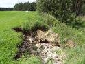 Erozní činnost pravobřežního přítoku Křemžského potoka je tu značná.