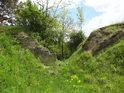 To co se jeví jako skalní rozsedlina, to je pozůstatek po lomu, který zde zanechal nesmazatelné stopy v terénu.