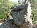 Lišejníky porostlý, erozí vytvarovaný balvan na vrcholu Břestecké skály.