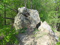 Pěšina obchází balvan na krátkém hřebeni u Břestecké skály.