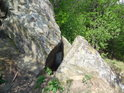 Skalní puklina na krátkém hřebeni u Břestecké skály.