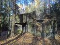 Pěchotní srub Lom je ukryt v lesích.