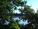 Malé, ale milé okýnko, kterým lze spatřit hladinu rybníka Broumar.