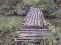 Lávka přes Jalový potok, na kterém je rybník Broumar.