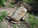 Vylomený balvan z malého lomu na jižní straně chráněného území.