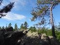 Kdo vystoupá nahoru na Čtyřpaličatou skálu, toho čeká romantické skalní posezení.