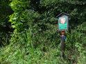 Úřední cedule k chráněnému území Dědina u Dobrušky se jeví tak trochu jako vytržená z kontextu.