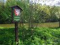 Úřední cedule na pravém břehu rybníka Prostřední Svrčov.