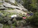 Malé tábořiště horolezců pod Drátenickou skalou.