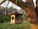 Hezké krmítko pro ptáky u odpočívadla na břehu Františkova rybníka.