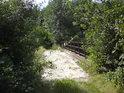 Podle zanedbaného mostku přes železniční trať poznáme, že jsem téměř n hranici chráněného území.