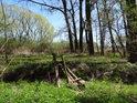 Chatrná dřevěná lávka přes Heraltický potok.