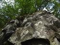 Detail lesního balvanu působí dojmem skály, což je pouhý klam.