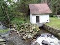 Malá vodní elektrárna na levobřežním náhodu Křemžského potoka.