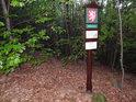 Úřední a informační cedule k chráněnému území Holý kopec z východní strany.