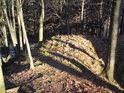 Na severovýchodní straně je nejvyšší podhradí již poměrně fádní.