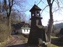 Hezká dřevěná zvonička pod hradem se nachází u přístupové cesty.