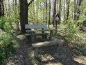 Hezká dřevěná lavička na hranici Polska a České republiky, na okraji chráněného území Hranečník, za ní vzpomínka na muže jménem Ignác Kašny.