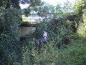 Mostek nad spojnicí Labe se slepým ramenem.