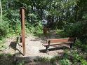 Skromné chráněné území se dvěma lavičkami a informační tabulí.
