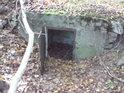 Nejspíše jde o skrytý vstup do větrací šachty do jeskyně.