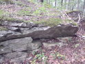 Kameny nad jeskyní jsou někdy dost uvolněné.