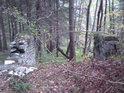 Pozůstatky kamenné stavby.