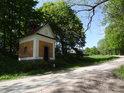 Kaple Panny Marie z roku 1858 je dobrým orientačním bodem, pokud chceme vstoupit do přírodní rezervace Kačerov.