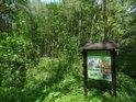 Informační cedule k chráněnému území nedaleko kaple Panny Marie.