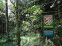 Poměrně dobře schovaná úřední a informační cedule viditelná z louky nad severovýchodní hranicí chráněného území.
