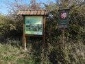 Úřední a informační cedule k chráněnému území Kameníky u jihozápadní hranice.