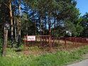 O významu kovového plotu vedle úřední cedule by se dalo úspěšně pochybovat.