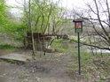 Stavby tu najdeme hned dvě, úřední ceduli a zajímavý most přes Moravu.