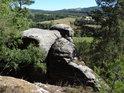 Severovýchodní výhled z přes skalní útvary vedle Klokočských průchodů.