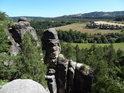Kouzelný výhled z přes skalní útvary Klokočských skal.