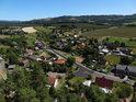 Hezký výhled na Klokočov z vyhlídkového místa na Klokočovských skalách.